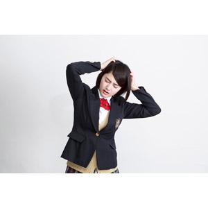フリー写真, 人物, 少女, アジアの少女, 少女(00212), 学生(生徒), 学生服, 高校生, ブレザー制服, 白背景, 頭を抱える, 困る, 失敗, イライラ, 頭を掻く