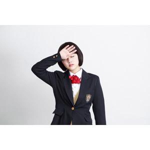 フリー写真, 人物, 少女, アジアの少女, 少女(00212), 学生(生徒), 学生服, 高校生, ブレザー制服, 白背景, 額に手を当てる, インフルエンザ, 風邪, 頭痛, 病気