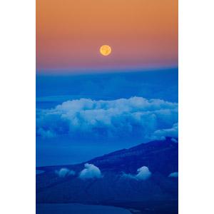 フリー写真, 風景, 夕暮れ(夕方), 夕焼け, 月, 満月, 雲, 海岸, 半島, 風力発電機