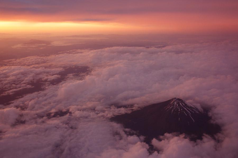 フリー写真 夕陽と雲と富士山の風景