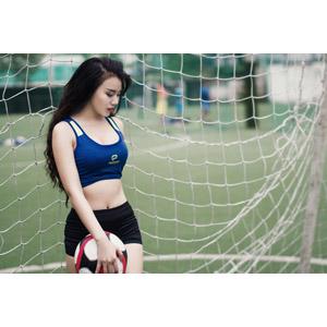 フリー写真, 人物, 女性, アジア人女性, ベトナム人, スポーツ, 球技, サッカー, サッカーボール, 網(ネット), ミニタンクトップ