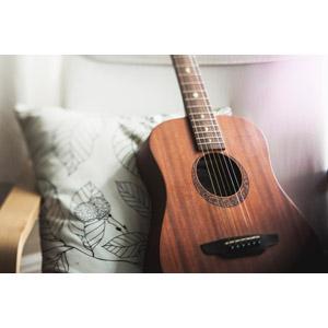 フリー写真, 音楽, 楽器, 弦楽器, ギター, アコースティックギター, クッション