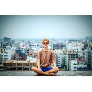 フリー写真, 人物, 男性, 外国人男性, あぐらをかく, 瞑想, 坐禅(座禅), ヨガ, サングラス, 人と風景, 都市, 街並み(町並み), バングラデシュの風景