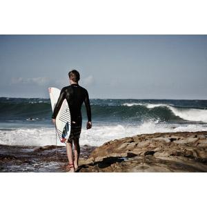 フリー写真, 人物, 男性, 外国人男性, 後ろ姿, サーフボード, スポーツ, ウォータースポーツ, サーフィン, サーファー, 人と風景, 海, 波