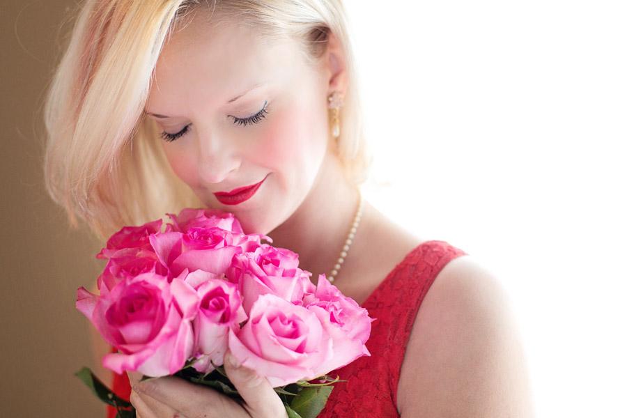 フリー写真 バラの花束とブロンドヘアの外国人女性