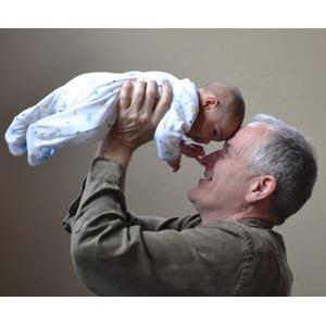 フリー写真, 人物, 家族, 老人, 祖父(おじいさん), 孫, おでこをつける, 抱き上げる, 二人, 赤ちゃん