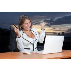 フリー写真, 人物, 女性, 外国人女性, 女性(00227), アメリカ人, パソコン(PC), ノートパソコン, ネットサーフィン, インターネット, ネットショッピング, 買い物(ショッピング), クレジットカード, ガッツポーズ, 喜ぶ(嬉しい)