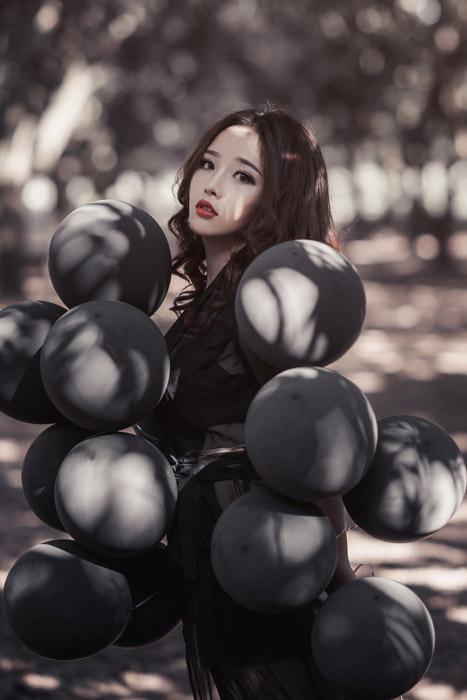 フリー写真 黒い風船に囲まれる女性