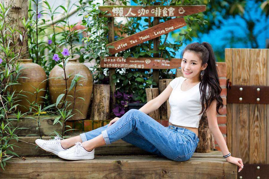 フリー写真 ベンチに上に座るポニーテールの女性
