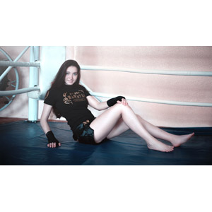 フリー写真, 人物, 女性, 外国人女性, ロシア人, 座る(床), ボクサー, Tシャツ, ショートパンツ, リング(格闘技)