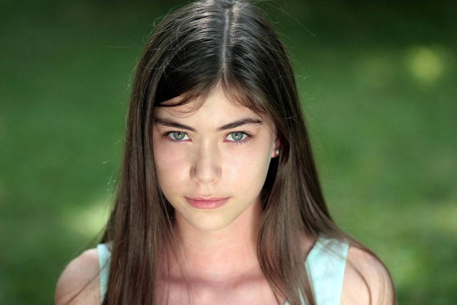 フリー写真 ルーマニアの少女のバストアップショット