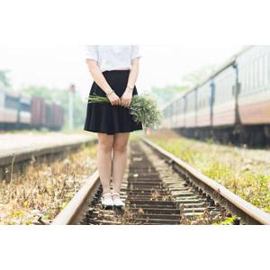フリー写真, 人物, 女性, 人と花, 花束, 人と風景, 線路(鉄道), 列車(鉄道車両), 人と乗り物