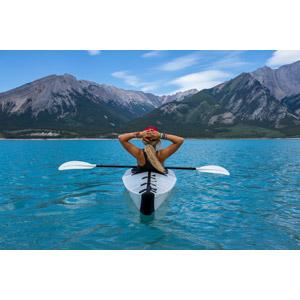 フリー写真, 人物, 女性, 外国人女性, 人と風景, 人と乗り物, 船, カヌー(カヤック), 湖, 山, 眺める, 後ろ姿, カナダの風景, 頭に手を当てる, ロッキー山脈