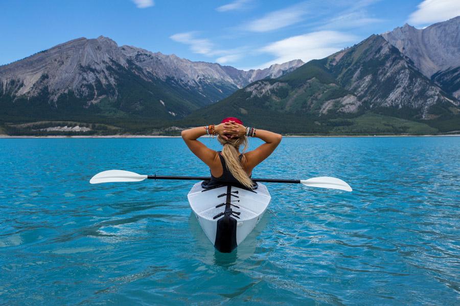 フリー写真 カヤックに乗って自然の景色を堪能している女性の後ろ姿