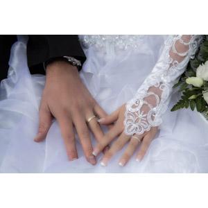 フリー写真, 人体, 手, 結婚式(ブライダル), 結婚指輪, カップル, 花婿(新郎), 花嫁(新婦), 愛(ラブ), 手を重ねる