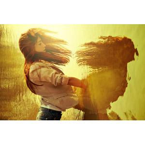 フリー写真, 人物, 女性, 外国人女性, 水, 鏡像, 夕暮れ(夕方), オレンジ色, ジャケット