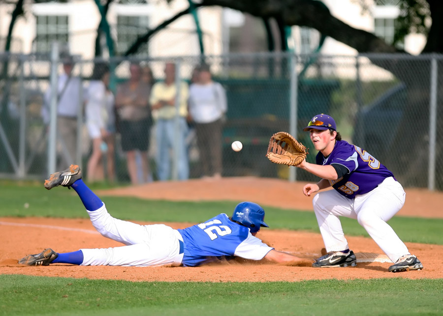 フリー写真 牽制球で帰塁する一塁走者