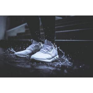 フリー写真, 人体, 足, 靴(シューズ), スニーカー, 水溜まり, 水しぶき