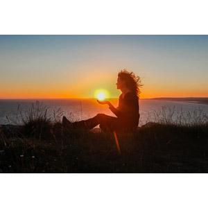 フリー写真, 人物, 女性, 外国人女性, 人と風景, 太陽, 夕暮れ(夕方), 夕焼け, 夕日, 日の入り, 座る(地面), 横顔