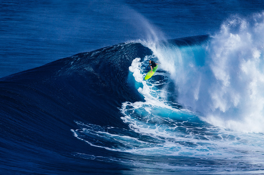 フリー写真 サーフィンを楽しんでいるサーファー