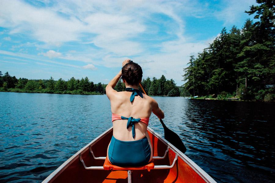 フリー写真 カヌーに乗ってオールを漕ぐ女性の後ろ姿