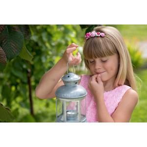 フリー写真, 人物, 子供, 女の子, 外国の女の子, 女の子(00236), ランタン, 口に手を当てる, 考える, 悩む