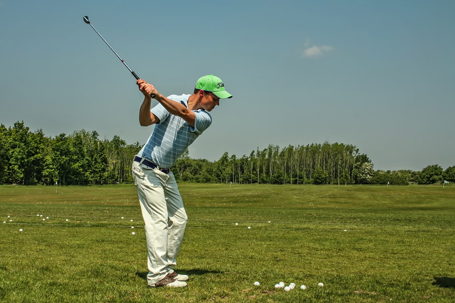 フリー写真 ゴルフの打ちっぱなしで練習するゴルファー