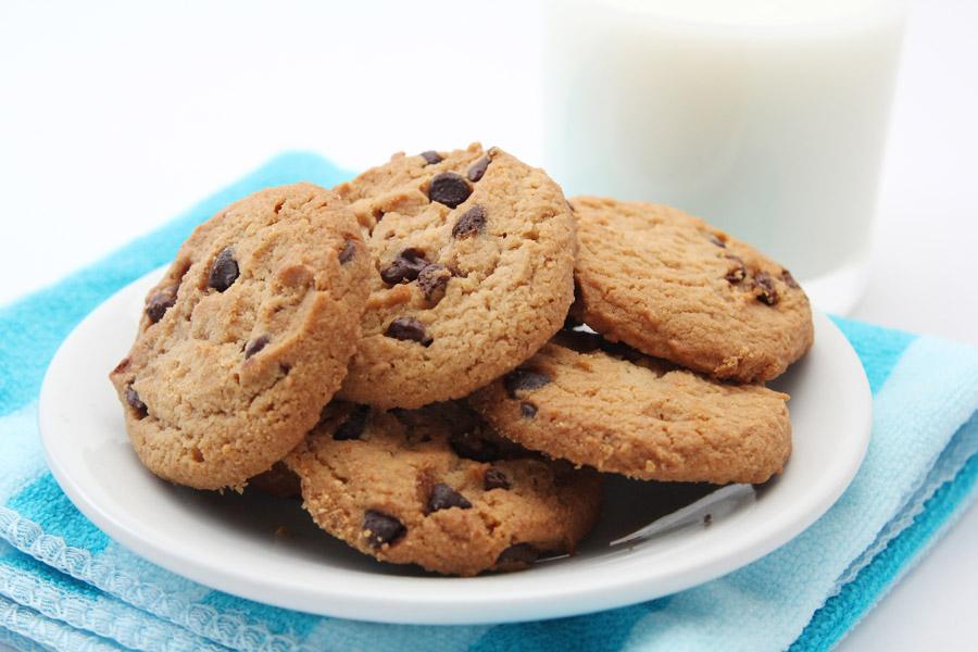 フリー写真 チョコチップクッキーと牛乳
