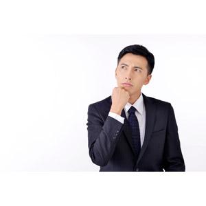 フリー写真, 人物, 男性, アジア人男性, 日本人, 男性(00016), 職業, 仕事, ビジネス, ビジネスマン, サラリーマン, メンズスーツ, 白背景, 顎に手を当てる, 考える, 悩む