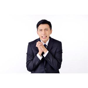 フリー写真, 人物, 男性, アジア人男性, 日本人, 男性(00016), 職業, 仕事, ビジネス, ビジネスマン, サラリーマン, メンズスーツ, 白背景, お願い, 手を組む, 困る