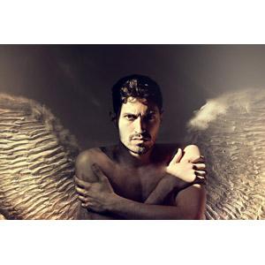 フリー写真, 人物, 男性, 外国人男性, 天使(エンジェル), 羽(翼), 肩を抱く