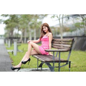フリー写真, 人物, 女性, アジア人女性, 憑果茱(00233), 中国人, ハイヒール, パンプス, 座る(ベンチ)