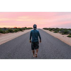 フリー写真, 人物, 男性, 後ろ姿, キャップ帽, 人と風景, 道路, 夕暮れ(夕方), 夕焼け