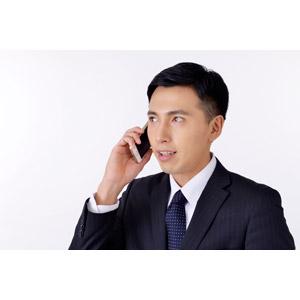 フリー写真, 人物, 男性, アジア人男性, 日本人, 男性(00016), 職業, 仕事, ビジネス, ビジネスマン, サラリーマン, メンズスーツ, 白背景, スマートフォン(スマホ), 携帯電話, 通話