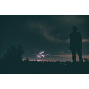 フリー写真, 風景, 夜, 夜空, 落雷(カミナリ), 嵐, 人と風景, シルエット(人物)