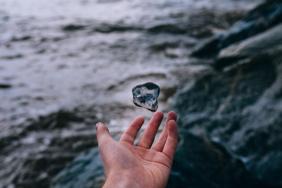 フリー写真 浮遊する石と手