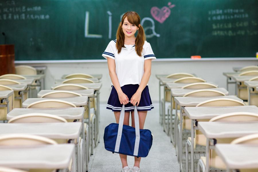 フリー写真 セーラー服姿で教室にいる女子高生