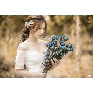 フリー写真, 人物, 女性, アジア人女性, 中国人, 女性(00235), ドレス, 人と花, 花束