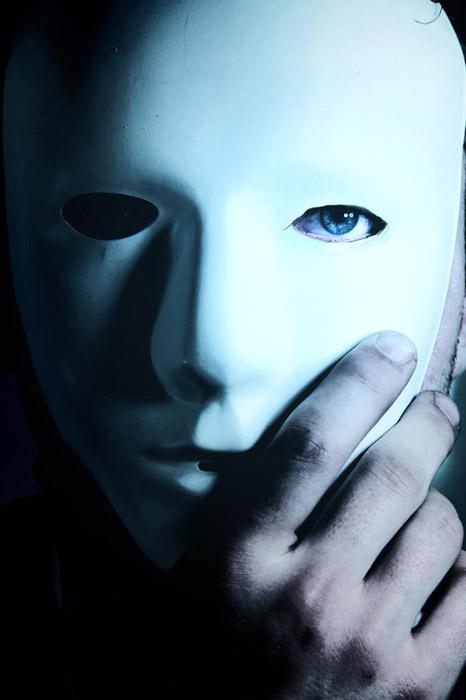 フリー写真 マスクを被る男性の顔