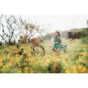 フリー写真, 人物, 女性, アジア人女性, ベトナム人, お母さん(母親), 妊娠, 妊婦, 座る(椅子), 人と乗り物, 自転車, 草むら, 花