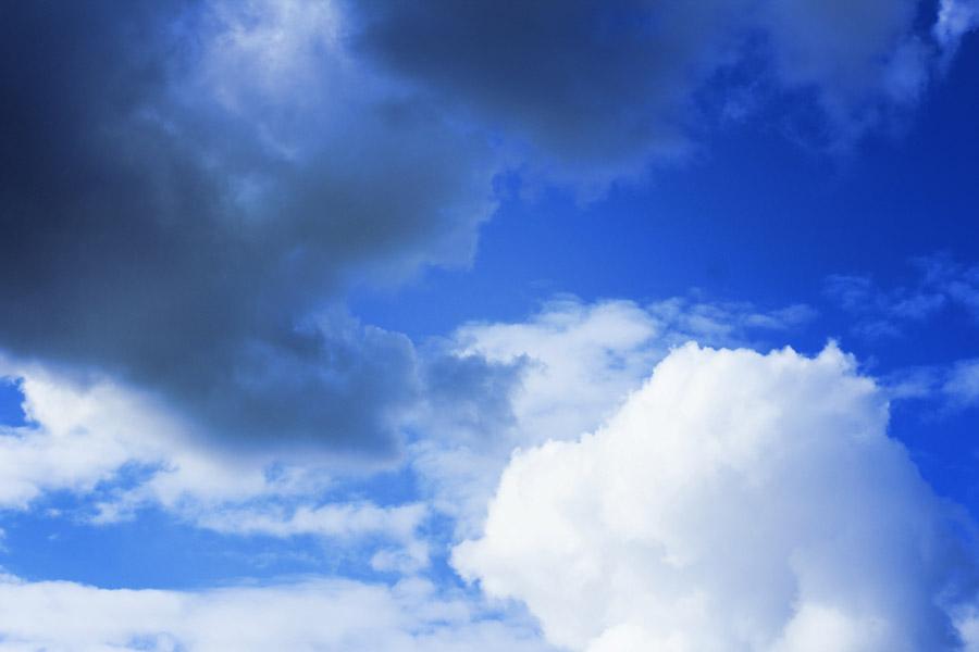 フリー写真 空に浮かぶ白い雲と黒い雲