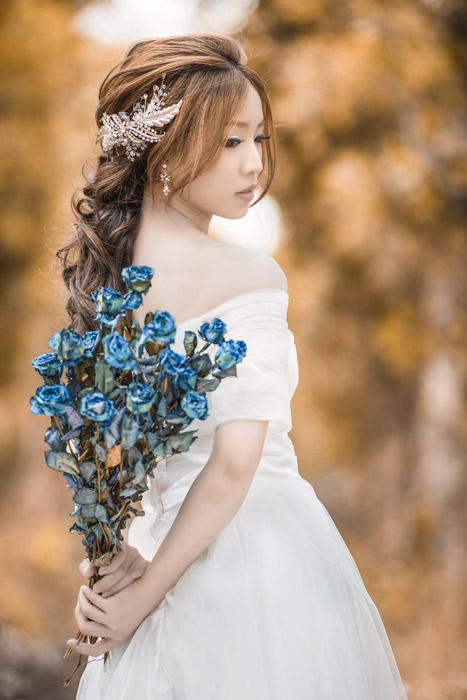 フリー写真 花束を背中に持つ女性