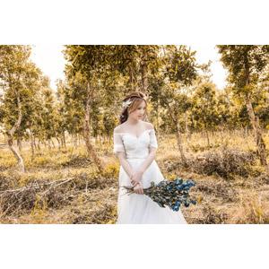 フリー写真, 人物, 女性, アジア人女性, 中国人, 女性(00235), ドレス, 人と花, 花束, 人と風景, 樹木