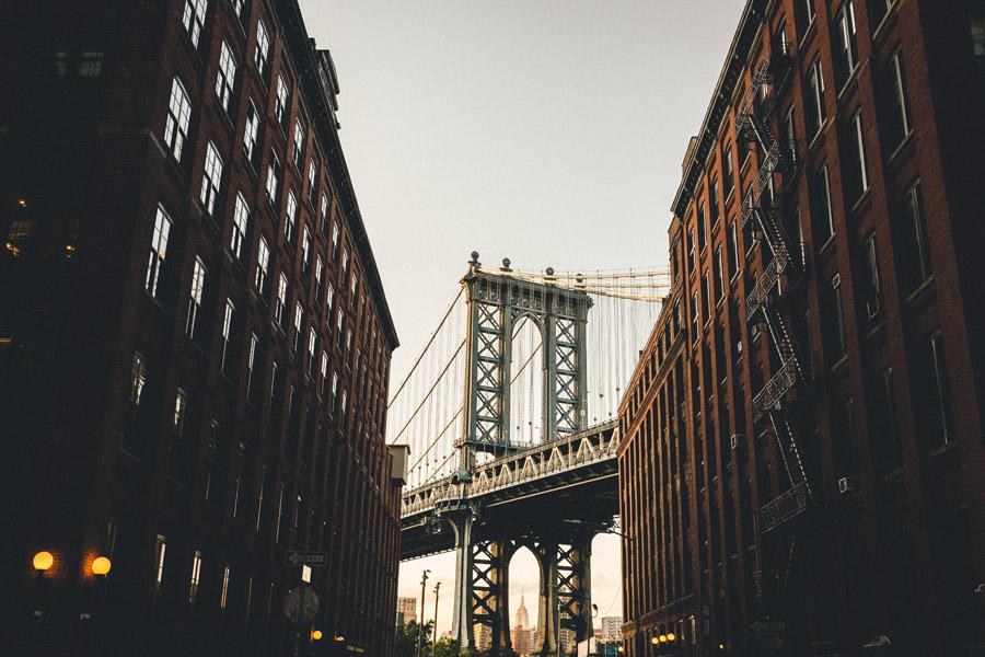 フリー写真 建物の間から見えるマンハッタン橋