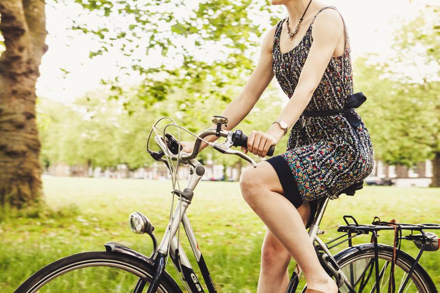 フリー写真 自転車に乗っている女性