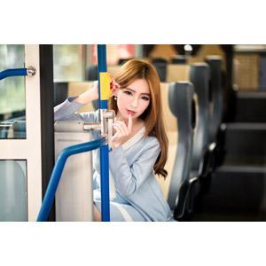 フリー写真, 人物, 女性, アジア人女性, Dora(00078), 中国人, 人と乗り物, バス, 唇に指を当てる