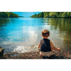 フリー写真, 人物, 子供, 男の子, 外国の男の子, 後ろ姿, しゃがむ, 人と風景, 湖