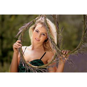 フリー写真, 人物, 女性, 外国人女性, 女性(00238), ルーマニア人, 金髪(ブロンド), 人と花, ラベンダー