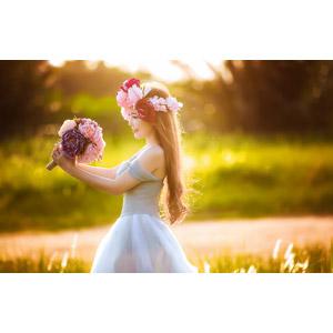 フリー写真, 人物, 女性, アジア人女性, ウェディングドレス, 人と花, ブーケ, 花冠, 横顔
