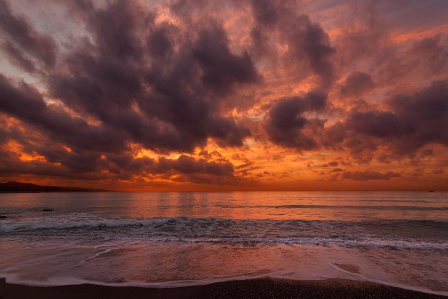 フリー写真 夕暮れの浜辺から見る海の風景